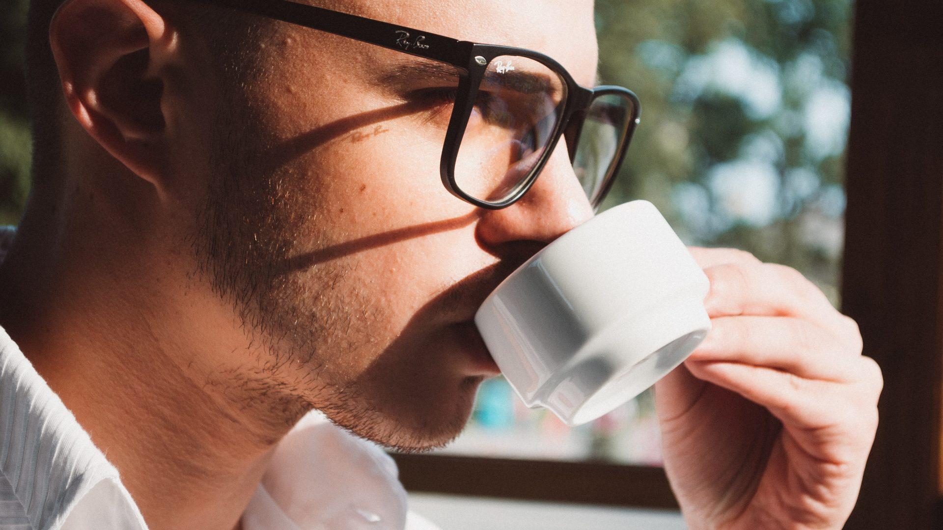 Man drinkt een kop koffie tijdens relatietherapie
